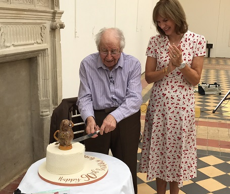 Henry Sandon and Fiona Bruce with the owl cake